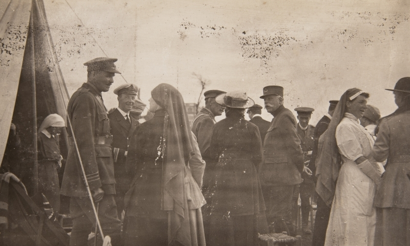 French and British officers and nurses<br />