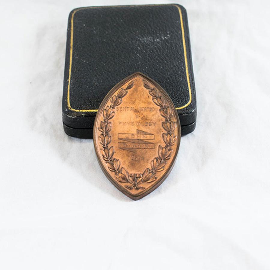 HD1222_medal_4.jpg