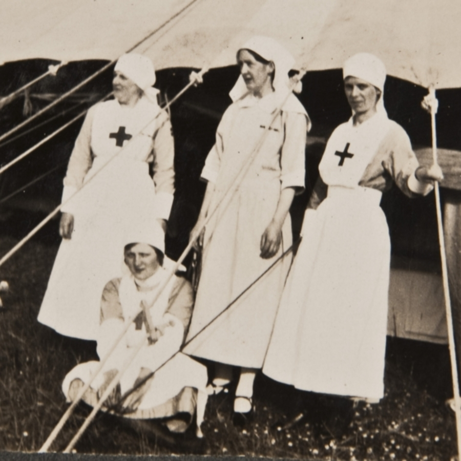 4 red cross nurses<br />